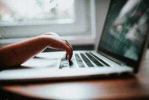 Шокирующие результаты опроса: около 90 процентов несовершеннолетних были объектом приставания со стороны взрослых в интернете