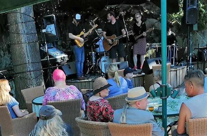 На летней сцене джаз-клуба Storyville собрались музыканты из разных городов Финляндии
